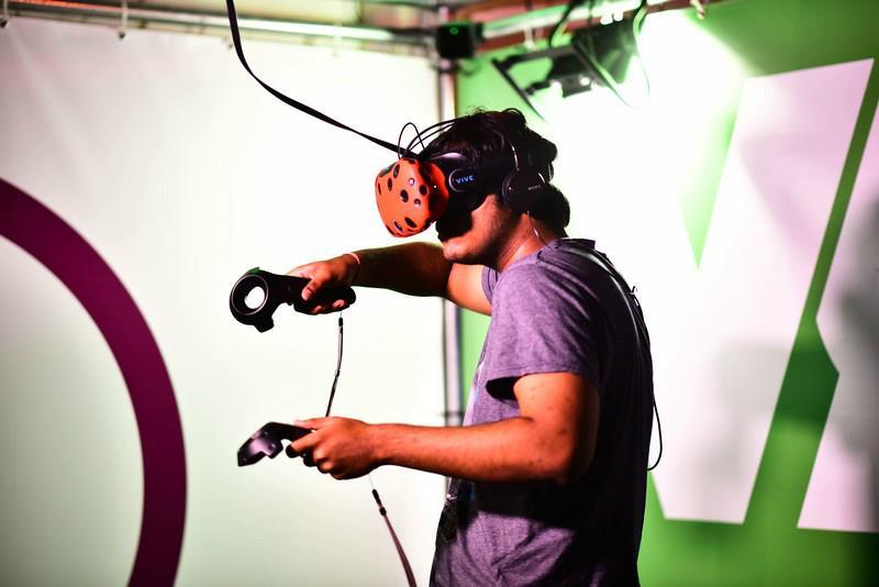 Speler met VR bril is aan het spelen in vr-gamecube