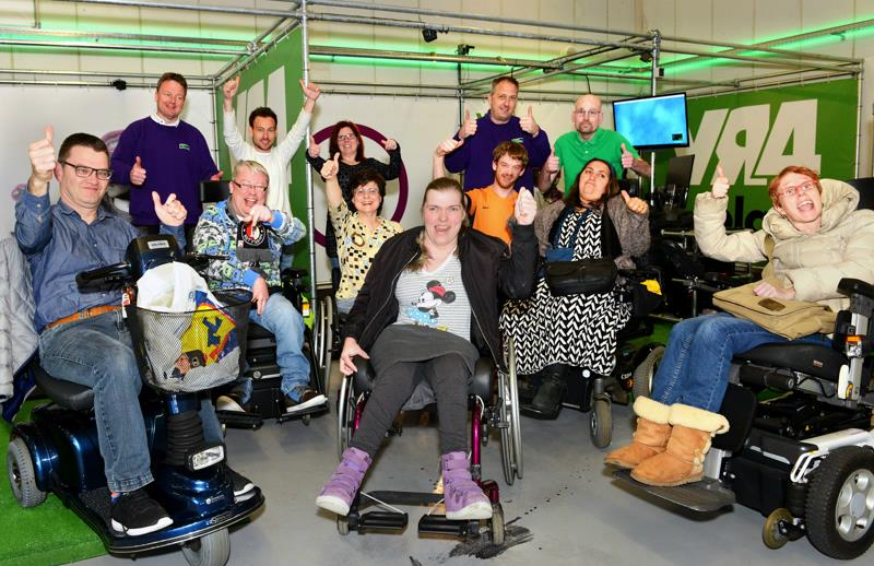 mensen in een rolstoel in de vrgaminghal van vr4play